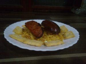 Chorizo a la brasa sobre cama de patatas fritas